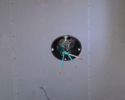 Ścienna przegroda kartonowo-gipsowa z wmontowaną skrzynką dla gniazdka elektrycznego.