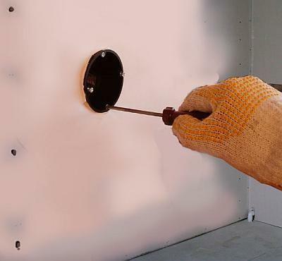 Przy pomocy śrubokręta zakręca się zewnętrzne śrubki skrzynki