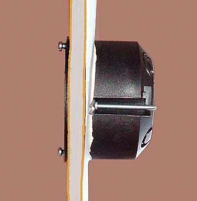 Z przodu skrzynkę trzyma wypukły rąbek ramki o szerokości 1.5 mm.