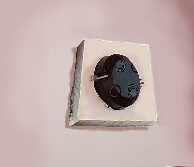 Dodatkowy skrawek gipsowego kartonu pod uchwytami wzmacnia umocnienie przykręconej skrzynki i pomaga uniknąć niechcianego wyrwania skrzynki ze ściany
