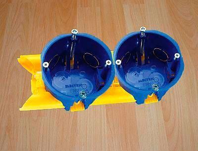 Plastikowy uchwyt-łącznik, przez który można ciągnąć kable