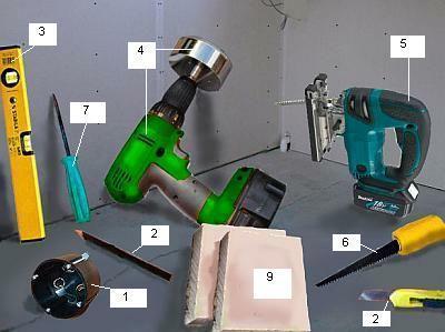 Narzędzia i materiały potrzebne do samodzielnego zamontowania skrzynki w ścianie gipsowo-kartonowej