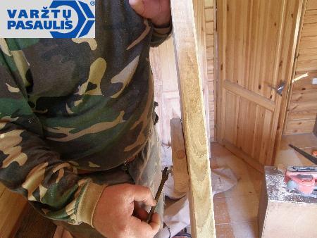 Wkręcamy 60 mm wkręty do drewna.